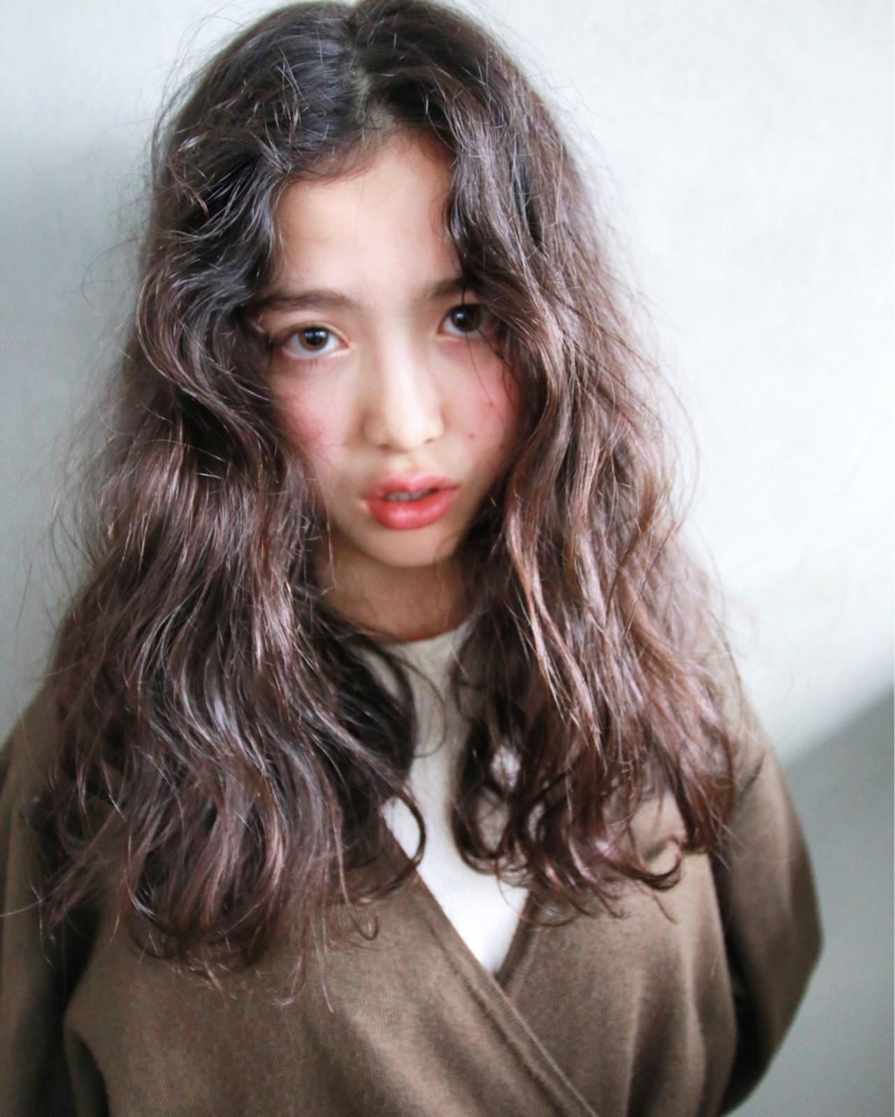 """曲線美に見惚れて。今、注目のヘアスタイルは""""うねうね""""ウェーブヘア♡ 津崎 伸二 / nanuk"""