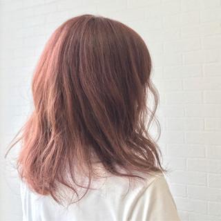 レッド ウェーブ ナチュラル ピンク ヘアスタイルや髪型の写真・画像