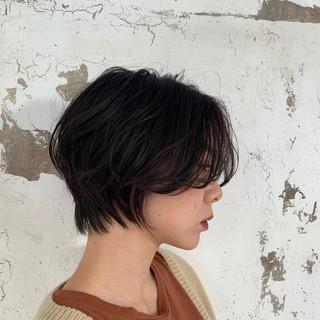 ショートヘア オフィス 黒髪 ナチュラル ヘアスタイルや髪型の写真・画像