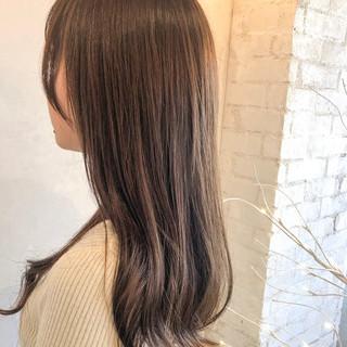 ロング ナチュラル 透明感カラー アッシュベージュ ヘアスタイルや髪型の写真・画像
