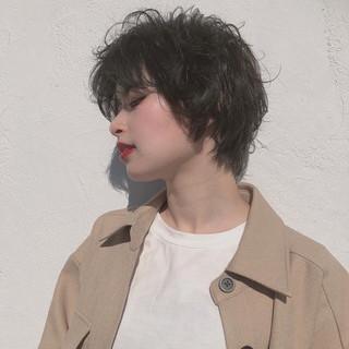 暗髪 ショート ナチュラル パーマ ヘアスタイルや髪型の写真・画像