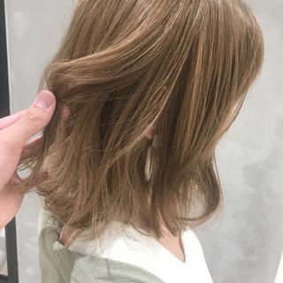 フェミニン ミディアム ミルクティー ミルクティーベージュ ヘアスタイルや髪型の写真・画像