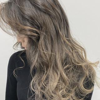 ハイライト グレージュ バレイヤージュ エレガント ヘアスタイルや髪型の写真・画像