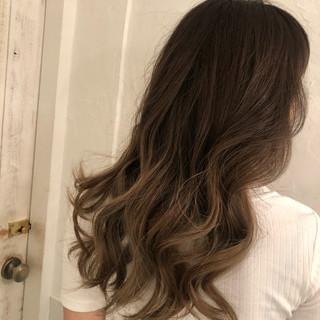 ロング バレイヤージュ エレガント グレージュ ヘアスタイルや髪型の写真・画像