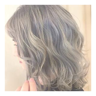 フェミニン グレーアッシュ モテ髪 ハイトーン ヘアスタイルや髪型の写真・画像