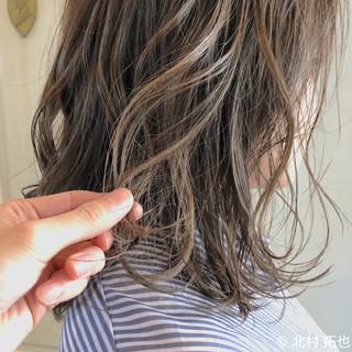 グレージュ ナチュラル 極細ハイライト シアーベージュ ヘアスタイルや髪型の写真・画像