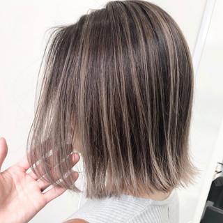 グレージュ アッシュベージュ バレイヤージュ ミディアム ヘアスタイルや髪型の写真・画像