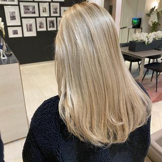 ブロンドカラー セミロング プラチナブロンド ダブルカラー ヘアスタイルや髪型の写真・画像