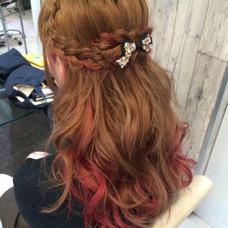 ハーフアップ インナーカラー フェミニン ベリーピンク ヘアスタイルや髪型の写真・画像