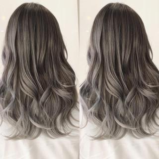 シルバー シルバーグレー セミロング バレイヤージュ ヘアスタイルや髪型の写真・画像