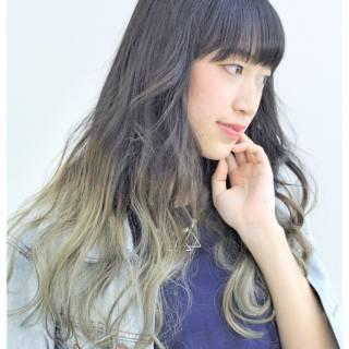 ハイトーン ロング グレーアッシュ ナチュラル ヘアスタイルや髪型の写真・画像