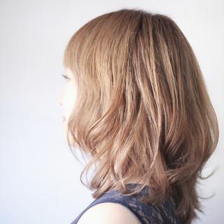ベージュ ミルクティーベージュ セミロング ナチュラル ヘアスタイルや髪型の写真・画像