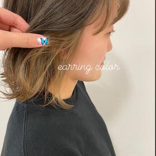 ミディアム インナーカラー ベージュ ブリーチカラー ヘアスタイルや髪型の写真・画像