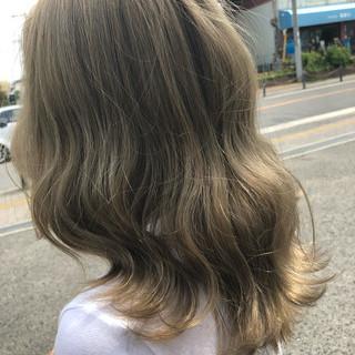 グラデーションカラー グレージュ ロング アウトドア ヘアスタイルや髪型の写真・画像