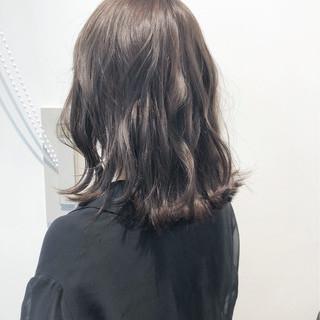 セミロング グレージュ 透明感 切りっぱなし ヘアスタイルや髪型の写真・画像