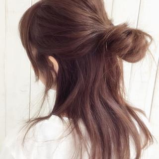 メッシーバン お団子 セミロング ヘアアレンジ ヘアスタイルや髪型の写真・画像