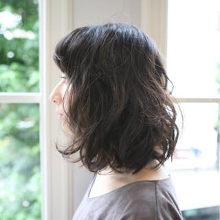 暗髪 セミロング 外国人風 ゆるふわ ヘアスタイルや髪型の写真・画像
