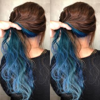 波ウェーブ ターコイズブルー インナーカラー ロング ヘアスタイルや髪型の写真・画像