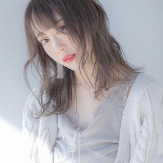 ミルクティーグレージュ 透明感カラー アッシュベージュ ミディアム ヘアスタイルや髪型の写真・画像