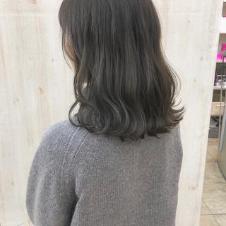 セミロング オリーブアッシュ アッシュグレージュ くすみカラー ヘアスタイルや髪型の写真・画像