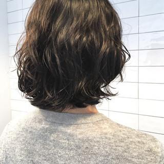 オフィス ミディアム パーマ ボブ ヘアスタイルや髪型の写真・画像