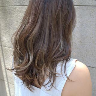 アッシュブラウン 極細ハイライト セミロング カーキアッシュ ヘアスタイルや髪型の写真・画像