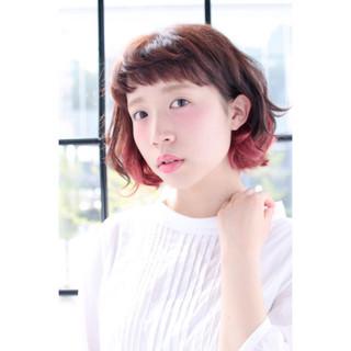 ピンク レッド オン眉 ワイドバング ヘアスタイルや髪型の写真・画像