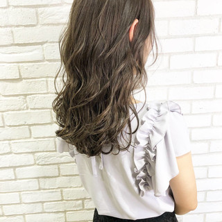髪質改善トリートメント セミロング アッシュグレー ナチュラル ヘアスタイルや髪型の写真・画像