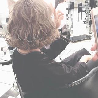 波ウェーブ ベージュ 外国人風カラー 切りっぱなしボブ ヘアスタイルや髪型の写真・画像