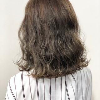 セミロング グラデーションカラー グレージュ 透明感 ヘアスタイルや髪型の写真・画像