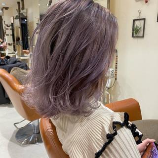 ラベンダーグレージュ ラベンダーアッシュ ミディアム フェミニン ヘアスタイルや髪型の写真・画像