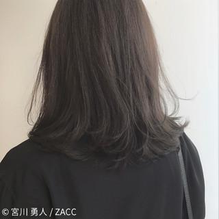 コンサバ ミディアム ミルクティー センターパート ヘアスタイルや髪型の写真・画像