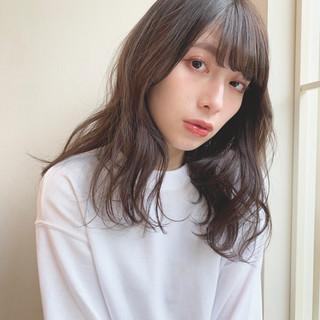 ミディアム グレージュ アンニュイほつれヘア ナチュラル ヘアスタイルや髪型の写真・画像
