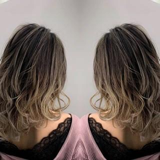 バレイヤージュ セミロング グレージュ イルミナカラー ヘアスタイルや髪型の写真・画像