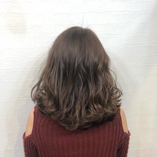 ゆるナチュラル ナチュラルベージュ ミディアム アッシュ ヘアスタイルや髪型の写真・画像