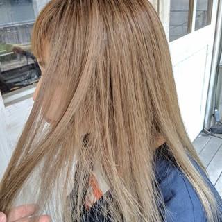 ハイトーン セミロング ベージュ ストリート ヘアスタイルや髪型の写真・画像