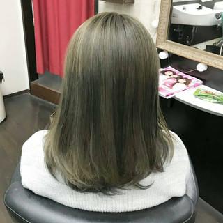 グレーアッシュ ナチュラル ミディアム イルミナカラー ヘアスタイルや髪型の写真・画像