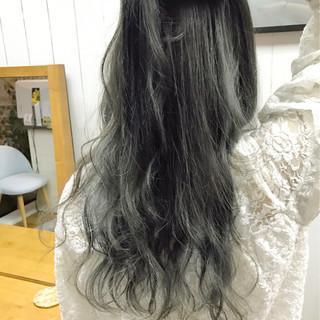ロング グレー 波ウェーブ ハイライト ヘアスタイルや髪型の写真・画像