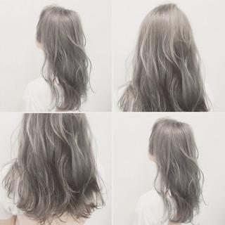 グレージュ シルバーアッシュ ロング ハイトーン ヘアスタイルや髪型の写真・画像
