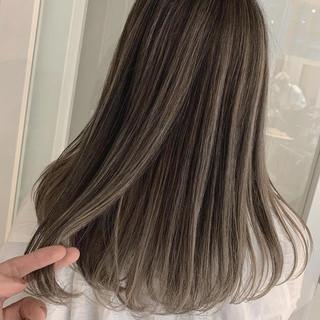 ミルクティーベージュ 外国人風カラー バレイヤージュ アッシュグレージュ ヘアスタイルや髪型の写真・画像