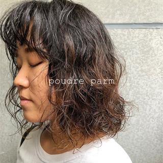 ミディアム 前髪パーマ ストリート ゆるふわパーマ ヘアスタイルや髪型の写真・画像