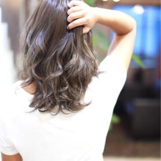 グラデーションカラー ミディアム グレージュ ストリート ヘアスタイルや髪型の写真・画像