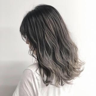 ミディアム ナチュラル グラデーションカラー バレイヤージュ ヘアスタイルや髪型の写真・画像