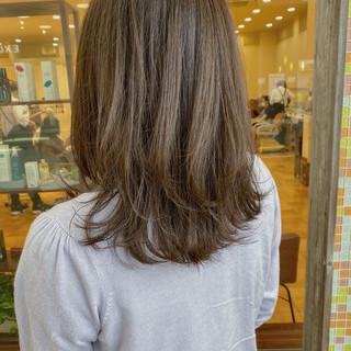 シルバーアッシュ ナチュラル ミディアム アッシュグレージュ ヘアスタイルや髪型の写真・画像