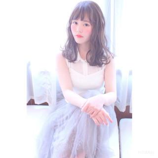 ミディアム ピュア フェミニン アッシュ ヘアスタイルや髪型の写真・画像