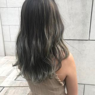 外国人風 シルバーアッシュ グラデーションカラー ナチュラル ヘアスタイルや髪型の写真・画像