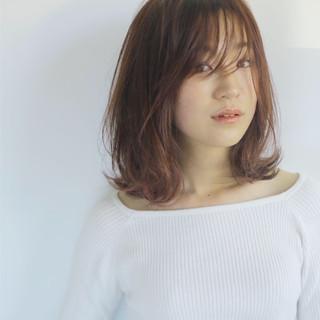 ロブ うざバング フェミニン ミディアム ヘアスタイルや髪型の写真・画像