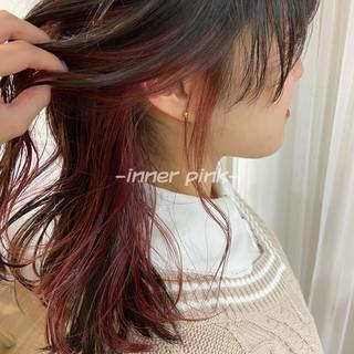 ウルフカット ピンクベージュ ナチュラル インナーピンク ヘアスタイルや髪型の写真・画像