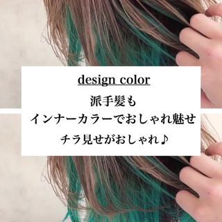 ミディアム 透明感カラー アッシュベージュ ターコイズブルー ヘアスタイルや髪型の写真・画像