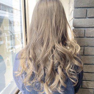 セミロング ラベンダーグレージュ グレージュ ホワイトカラー ヘアスタイルや髪型の写真・画像